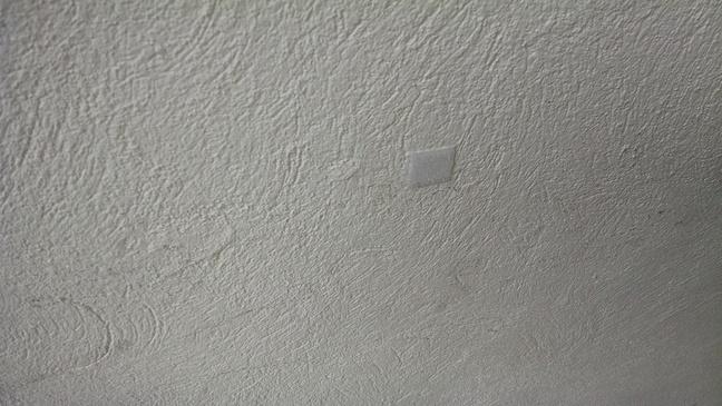 Cuadrito de velcro pegado a la pared